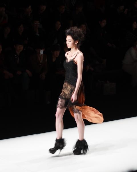 中国时装周:谢萍2012秋冬发布 透视蕾丝诱惑