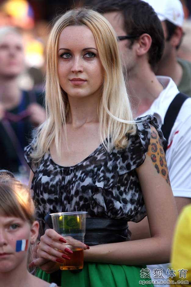 高清:乌克兰万人涌入球迷公园 豹纹装美女抢眼