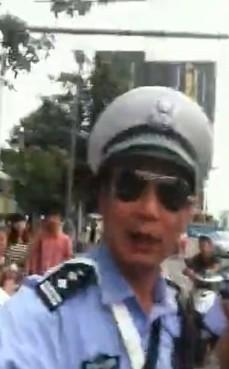 成都交警打人_热议成都交警打人开罚单开不成警棒暴打司机
