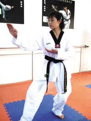 一个跆拳道黑带的美女威力有多大啊 她要打我怎么办