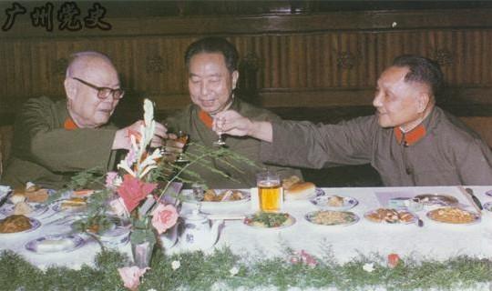 邓小平与叶剑英合影旧照:互抱对方孙子留影(组