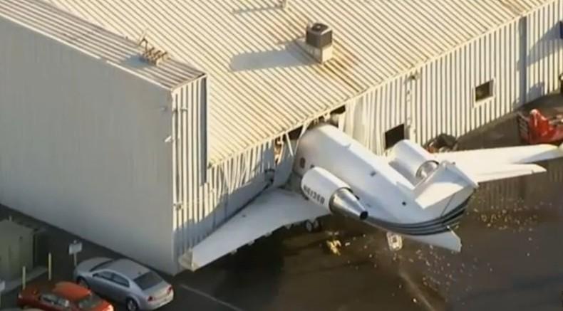 美国价值百万私人飞机失控撞上停机库(组图)