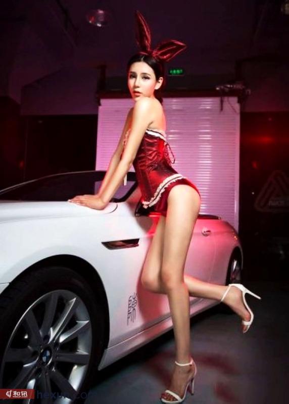 性感酥胸美女车模上演激情内衣秀