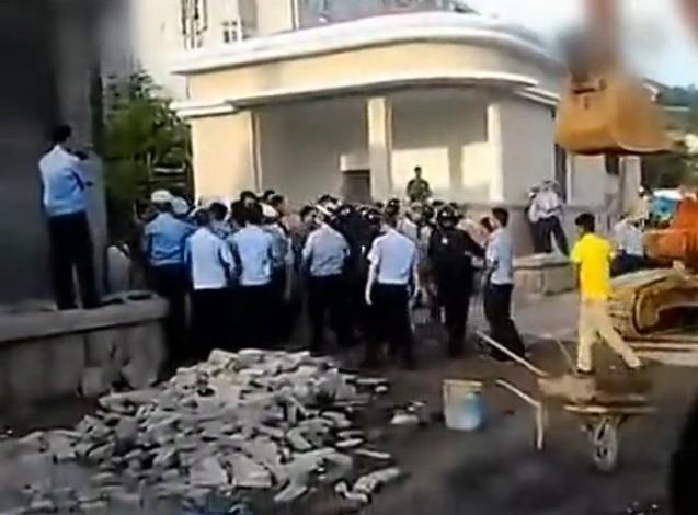 网曝青岛城管强拆军区大院 解放军寡不敌众