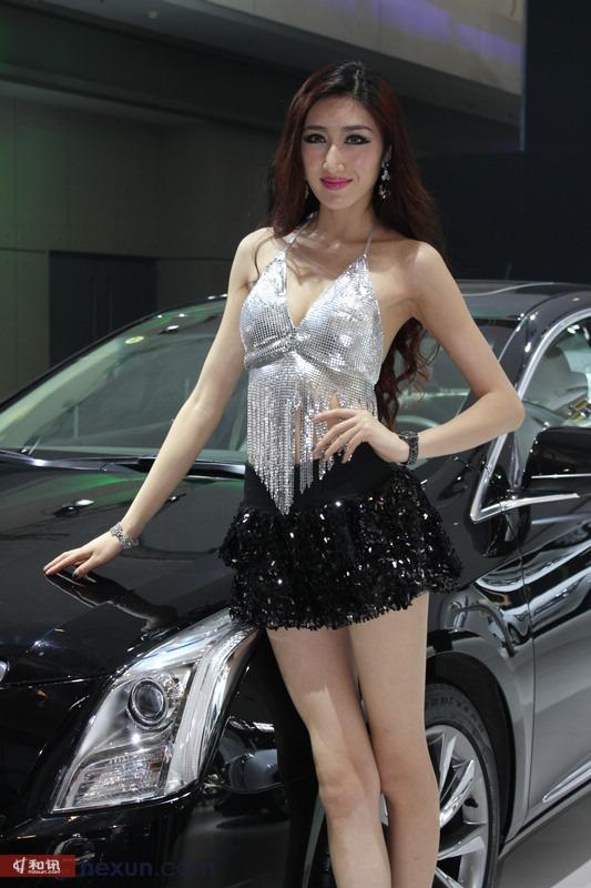高挑美女车模秀长腿 翘臀短裙魅惑众生 汽车频道