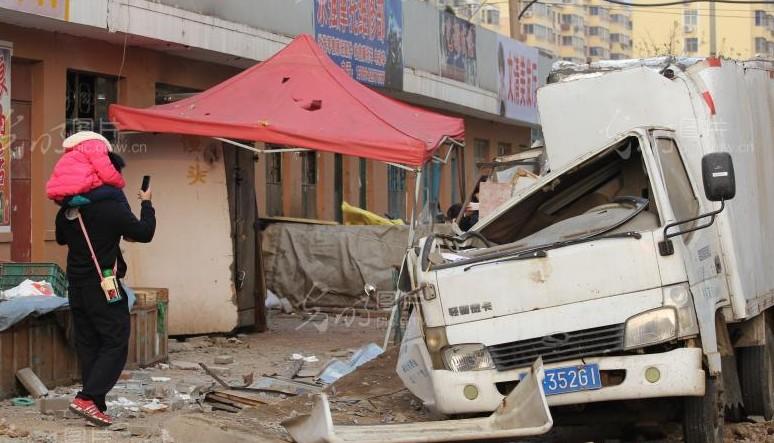 青岛输油管道爆炸 房屋坍塌惨烈现场