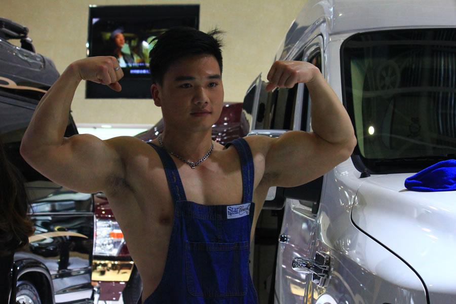 北京车展花絮:美女记者与肌肉男模