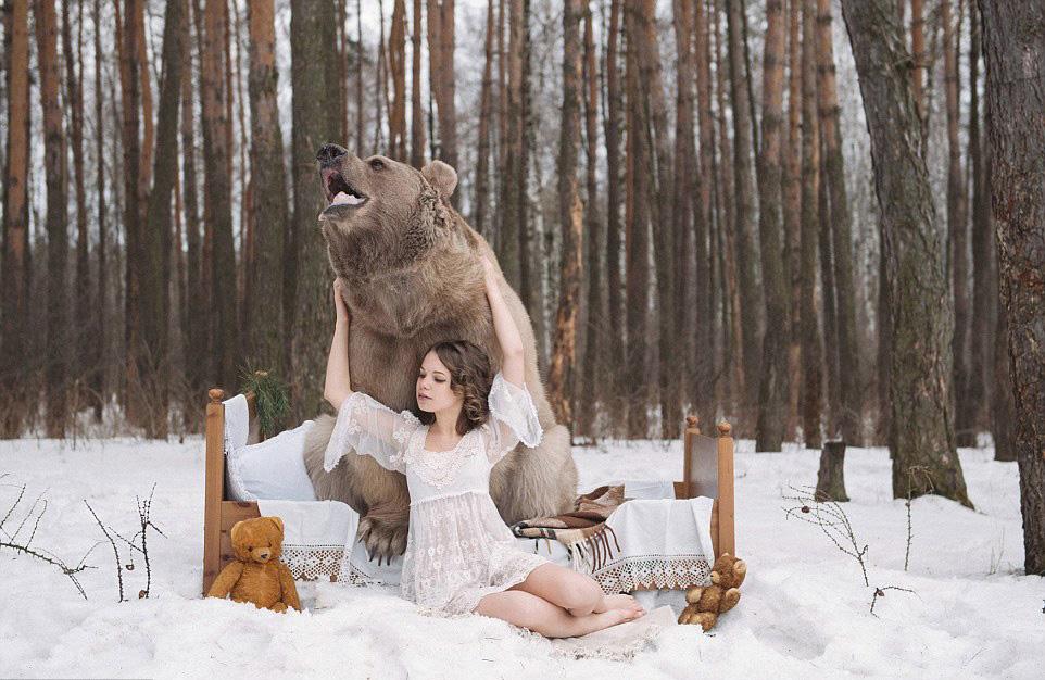 俄女模与棕熊拍性感写真 反猎动物 读书频道